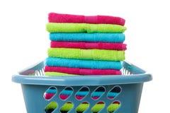 Cesta de lavadero llenada de las toallas plegables coloridas Fotografía de archivo libre de regalías