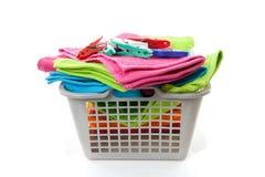 Cesta de lavadero llenada de las toallas y de las clavijas Fotografía de archivo libre de regalías