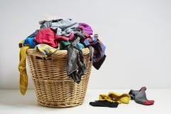Cesta de lavadero que desborda Fotografía de archivo