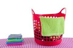 Cesta de lavadero roja Fotografía de archivo libre de regalías