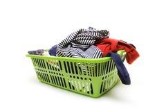 Cesta de lavadero y ropa sucia Foto de archivo