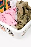 Cesta de lavadero y ropa sucia Imágenes de archivo libres de regalías