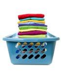 Cesta de lavanderia com roupa dobrada Fotografia de Stock