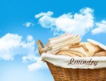 Cesta de lavanderia com toalhas