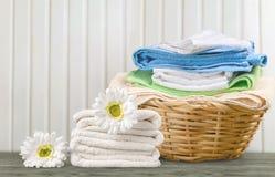 Cesta de lavanderia com toalhas coloridas Imagem de Stock Royalty Free