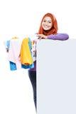 A cesta de lavanderia levando da dona de casa bonita completamente de sujo veste-se Fotos de Stock Royalty Free