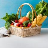 Cesta de legumes frescos em um fundo azul Imagens de Stock