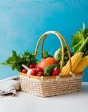 Cesta de legumes frescos em um fundo azul Copie o espaço Fotografia de Stock