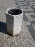 Cesta de lixo concreta cinzenta no centro da cidade Imagens de Stock