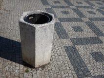 Cesta de lixo concreta cinzenta no centro da cidade Fotografia de Stock Royalty Free