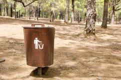 Cesta de lixo de madeira na floresta Imagens de Stock