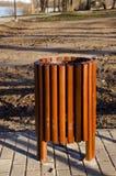 Cesta de lixo de madeira nova no parque do recurso Foto de Stock Royalty Free