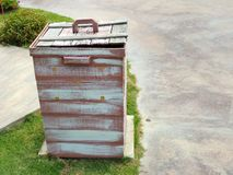 Cesta de lixo ripado de madeira Foto de Stock Royalty Free