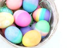 Cesta de los huevos de Pascua aislada Imágenes de archivo libres de regalías