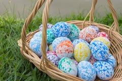 Cesta de los huevos de Pascua en la hierba Fotografía de archivo libre de regalías