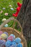 Cesta de los huevos de Pascua en la hierba Imagen de archivo libre de regalías