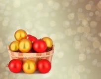 Cesta de madeira com as esferas de um Natal do jogo Imagem de Stock Royalty Free
