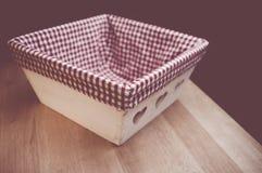 cesta de madeira com forro quadriculado da tela Fotos de Stock