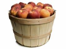 Cesta de madeira com pêssegos Foto de Stock Royalty Free