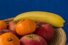 A cesta de madeira encheu-se com os frutos saudáveis e frescos Foto de Stock Royalty Free