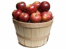 Cesta de madera con las manzanas rojas Fotografía de archivo