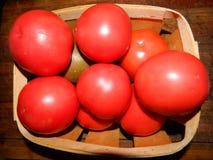 Cesta de madera con los tomates rojos Imágenes de archivo libres de regalías