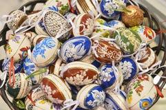 Cesta de madera tradicional con el huevo de Pascua pintado de Bucovina, Rumania Imagen de archivo libre de regalías