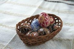 Cesta de madera tradicional con el huevo de Pascua pintado de Bucovina, Rumania Fotografía de archivo libre de regalías