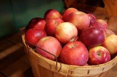 Cesta de manzanas Foto de archivo