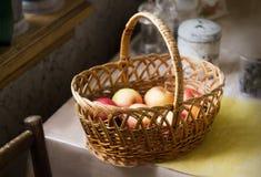 Cesta de manzanas en una tabla, aún vida rústica Fotos de archivo