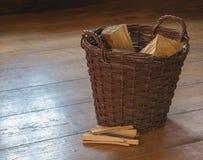 Cesta de mimbre con la pila tajada de madera y de la fractura en el tablero de madera f fotos de archivo