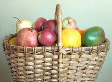Cesta de mimbre con la porción de frutas Fotos de archivo