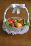 Cesta de mimbre con los huevos de Pascua Imagen de archivo libre de regalías