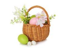 Cesta de mimbre con los huevos de Pascua Imagen de archivo