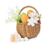 Cesta de mimbre con los huevos de Pascua Fotografía de archivo