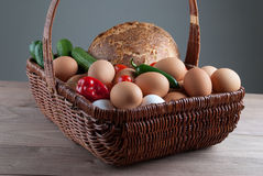 Cesta de mimbre con los huevos y las verduras Fotos de archivo libres de regalías