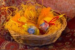 cesta de mimbre con Pascua Fotografía de archivo libre de regalías