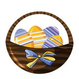 Cesta de mimbre decorativa con los huevos abigarrados y el arco hermoso aislados en blanco ilustración del vector