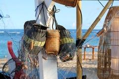 Cesta de mimbre en un café en la playa Imagen de archivo