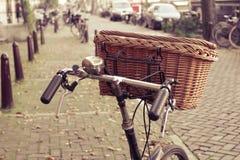 Cesta de mimbre en una bicicleta Imagen de archivo