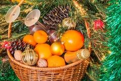 Cesta de mimbre para la comida campestre del Año Nuevo Imagen de archivo libre de regalías