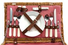 Cesta de mimbre pasada de moda de la comida campestre con la cuchillería Foto de archivo