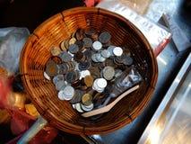Cesta de monedas fotos de archivo libres de regalías