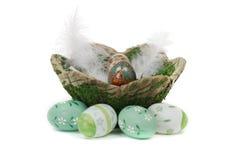 Cesta de Moos de huevos de Pascua pintados Fotografía de archivo