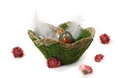 Cesta de Moos de ovos da páscoa de madeira pintados fotografia de stock