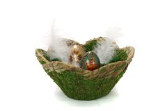 Cesta de Moos de ovos da páscoa de madeira pintados fotos de stock royalty free
