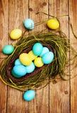 Cesta de ovos coloridos, vista superior Imagem de Stock Royalty Free