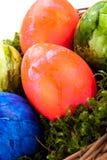 Cesta de ovos da páscoa brilhantemente coloridos Fotografia de Stock Royalty Free