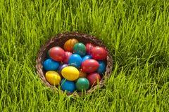 Cesta de ovos de Easter coloridos Imagens de Stock