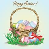 Cesta de ovos de easter coloridos Foto de Stock Royalty Free